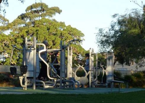 In Steel Park Marrickville South you get wooden benches & chin-up poles for free-to-use exercise equipment, which is great. In Camperdown Park you get state-of-the-art equipment, also free-to-use.